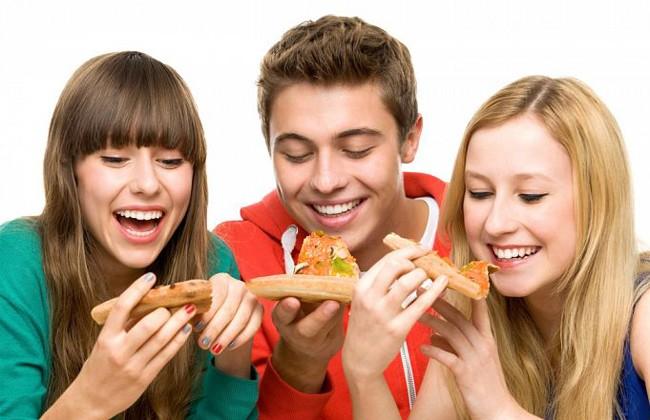 Люди кушают пиццу