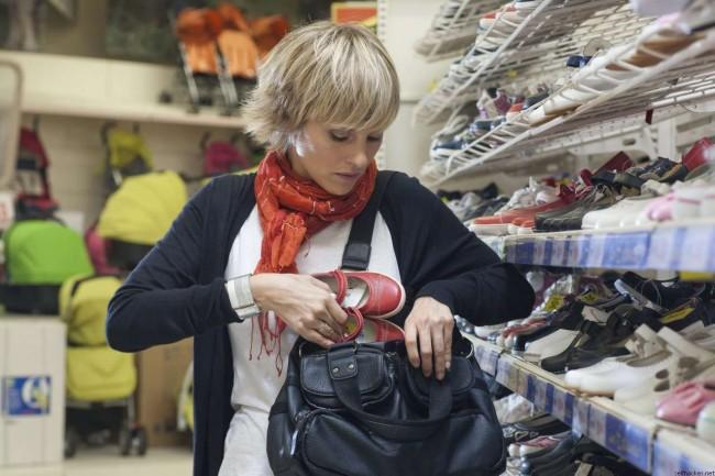 Женщина ворует в магазине