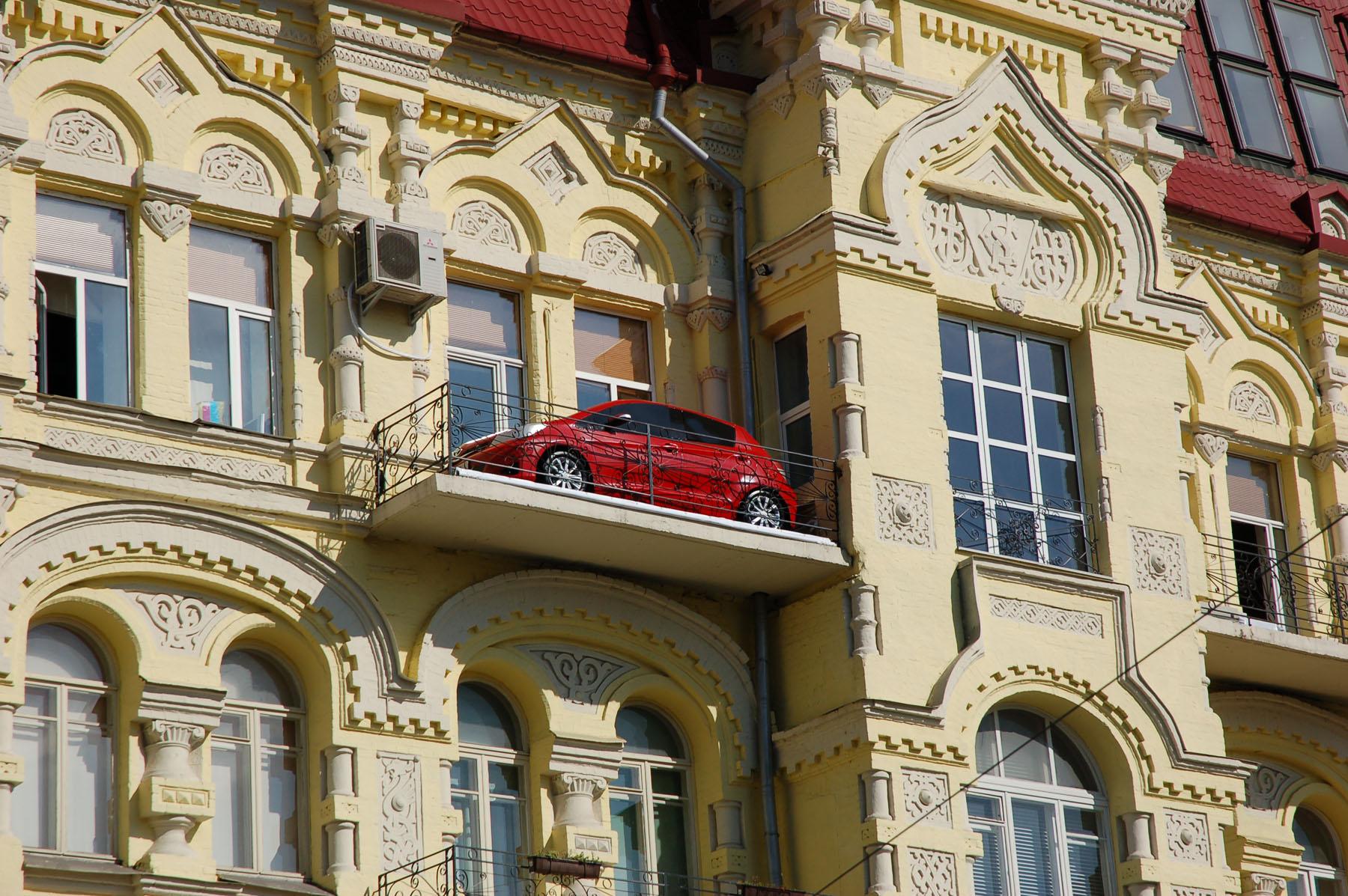 Еще один вид малого бизнеса — реклама на балконах