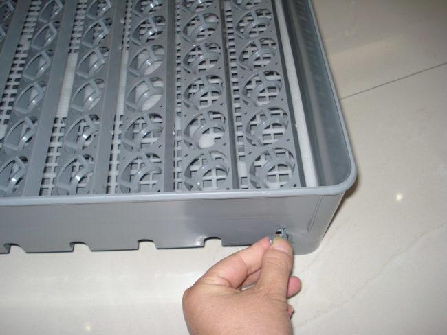 Механизм поворота яиц в инкубаторе