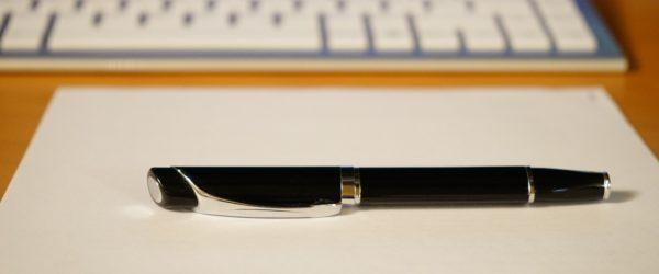 Ручка на листе бумаги
