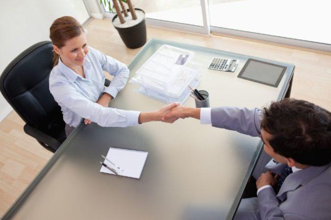Рукопожатие работодателя и кандидата на должность