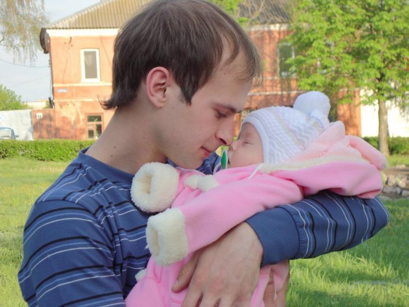 Молодой отец с дочкой
