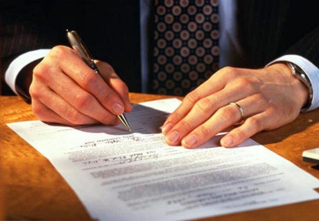 Руководитель подписывает приказ