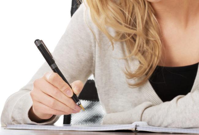 Женщина пишет резюме