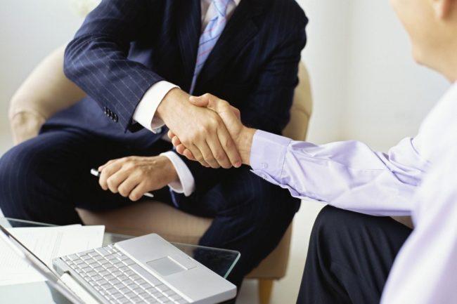 Рукопожатие при заключении сделки