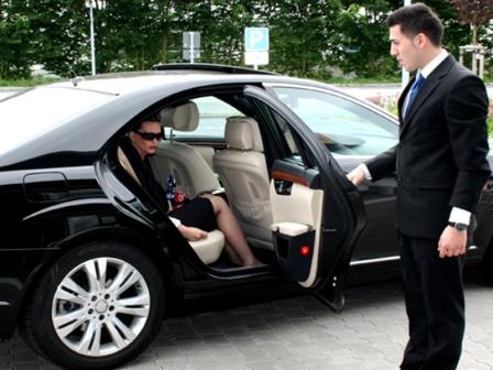 Водитель открывает дверь даме
