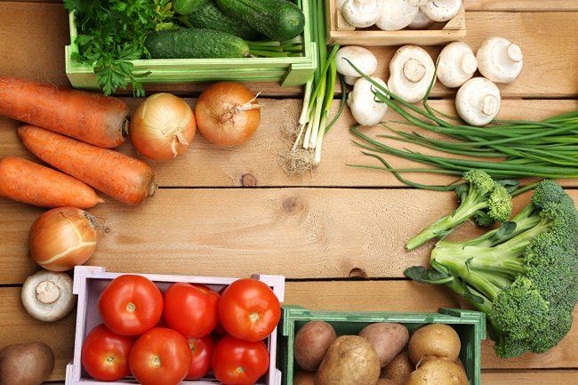 Овощи, лежащие на деревянном столе