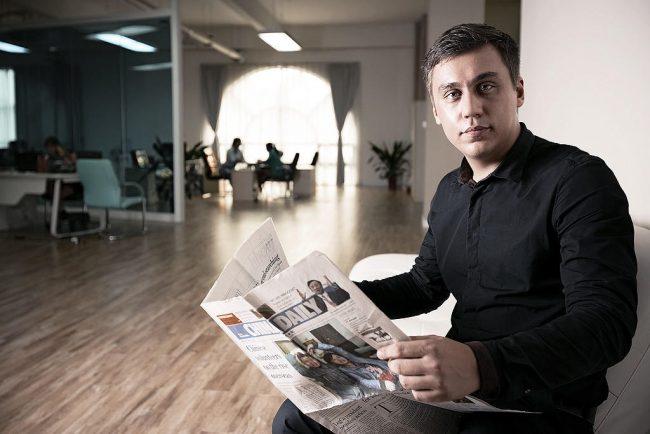 Дмитрий Портнягин с газетой