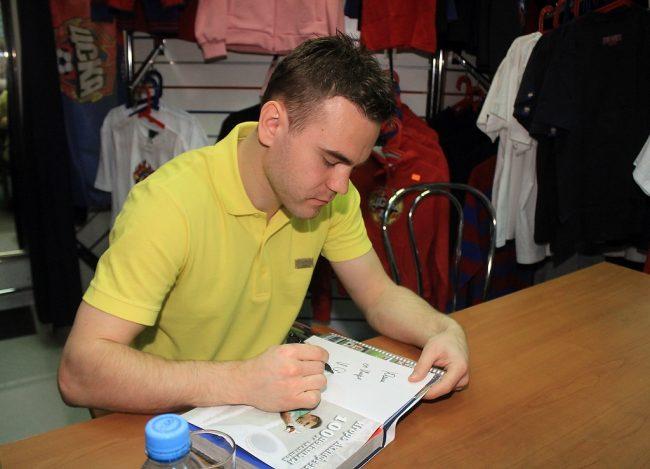 Игорь Акинфеев подписывает свою книгу для болельщика