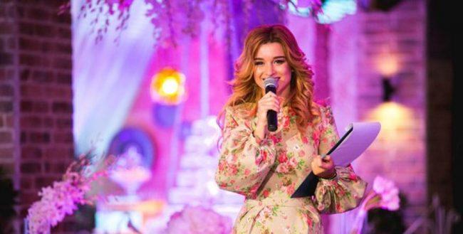 Ксения Бородина с микрофоном
