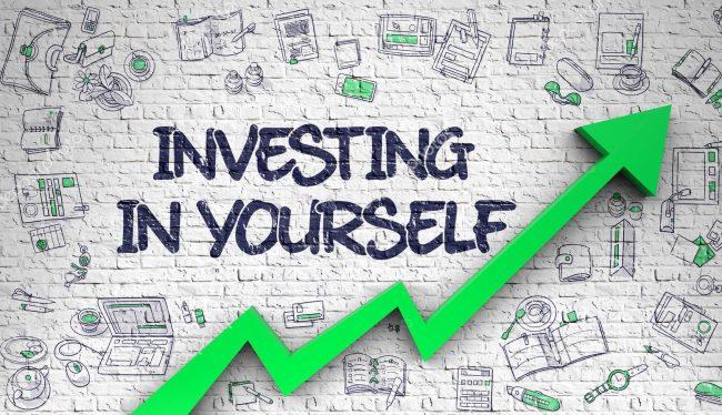 Надпись investing in youself и зелёная стрелочка