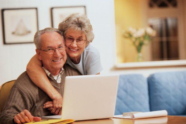 Пенсионеры перед ноутбуком