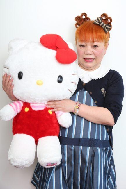 Дизайнер Юко Ямагучи с игрушкой Hello Kitty
