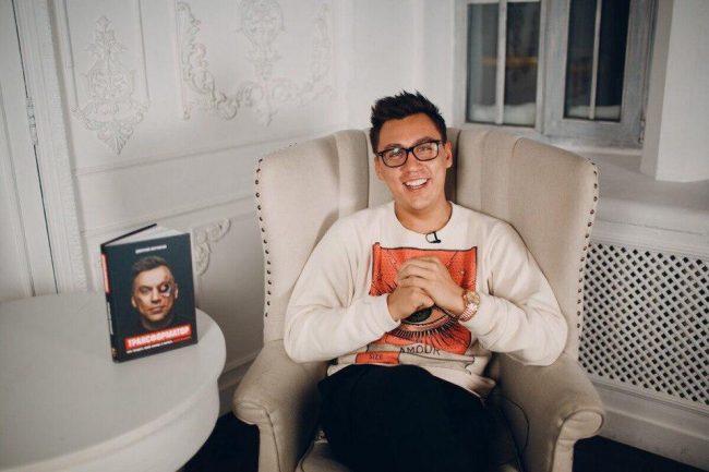 Дмитрий Портнягин со своей книгой
