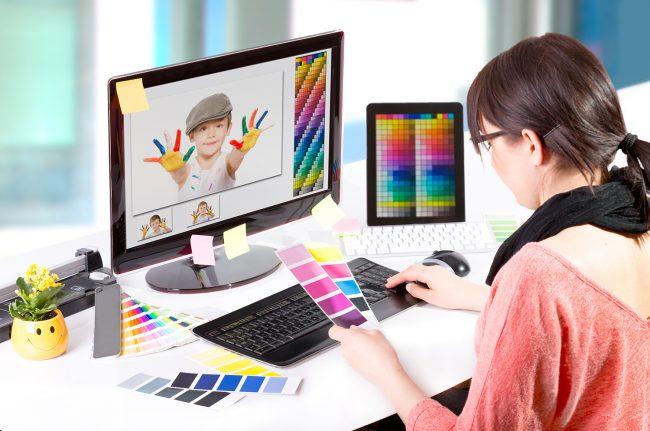 Девушка-дизайнер работает за компьютером