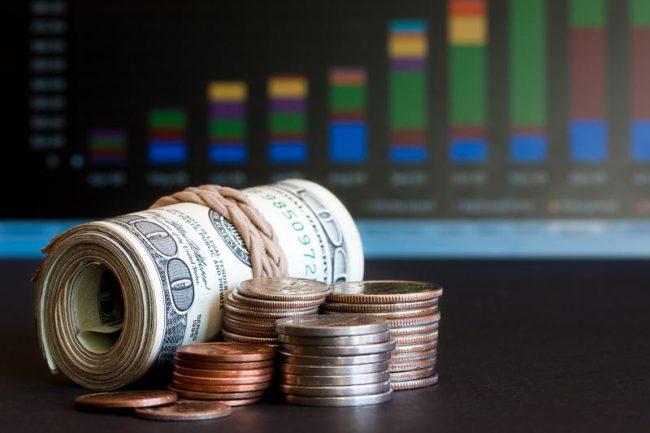 Пачка долларов и монеты