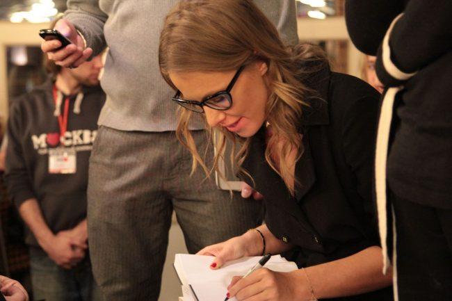 Ксения Собчак ставит автограф в своей книге