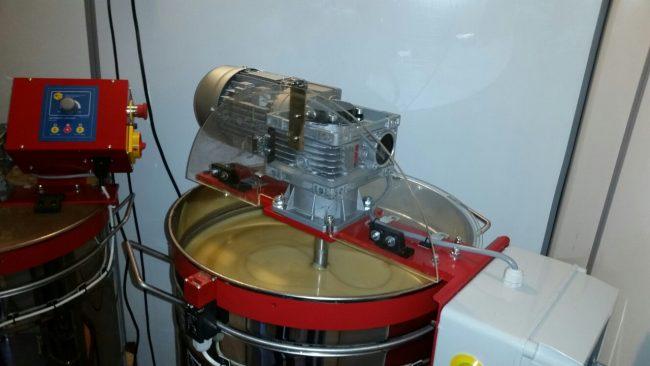Процесс кремования меда с помощью специального оборудования
