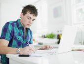 Подросток пишет