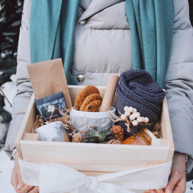 Девушка держит ящик с подарками