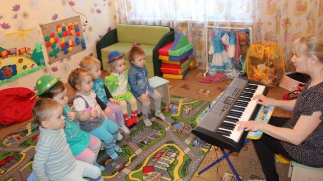 Дети слушают музыку
