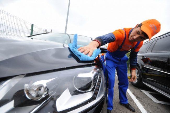 Автомойщик вытираем машину
