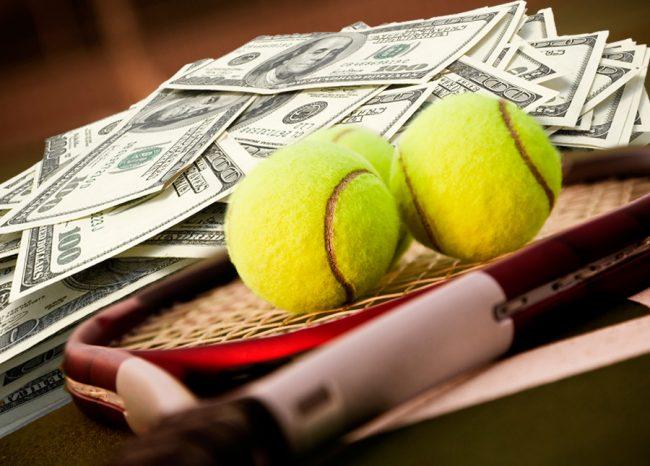 Деньги, теннисные мячи и ракетка