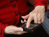Пенсионер со смартфоном