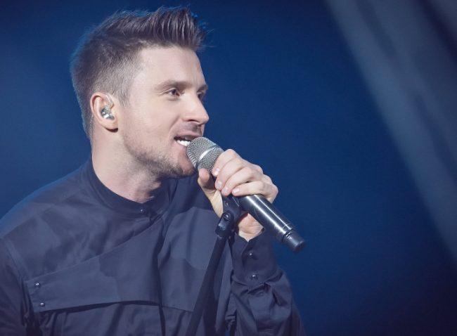Лазарев с микрофоном на концерте