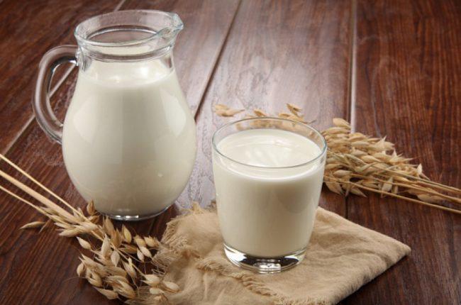 Козье молоко в кувшине и стакане