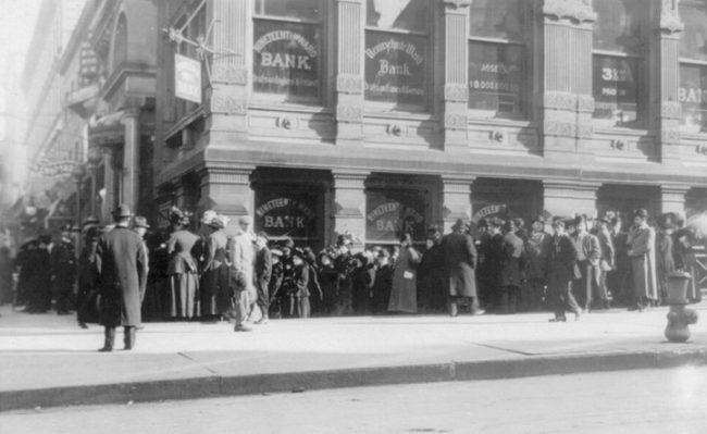 Толпа людей возле банка