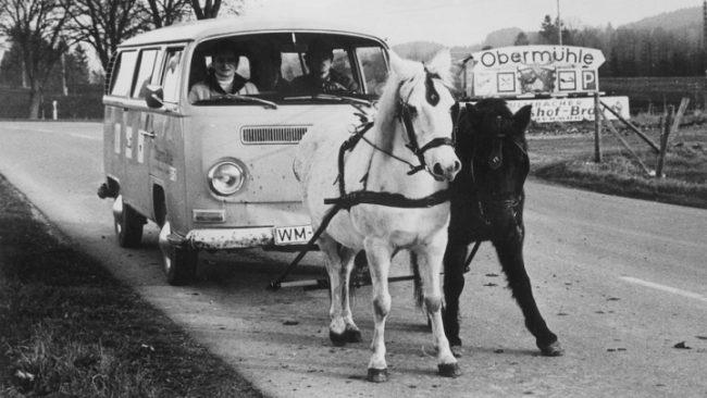 Микроавтобус, запряженный лошадьми