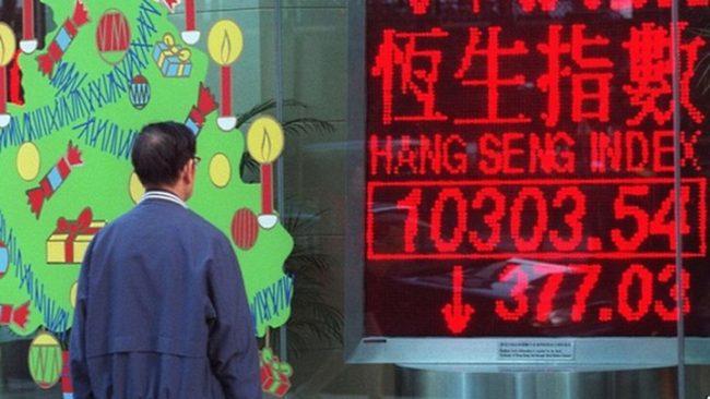 Ммужчина у витрины китайского магазина