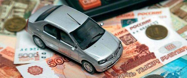 Деньги, калькулятор и модель автомобиля