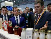 Дмитрий Медведев осматривает выставку товаров в Пекине