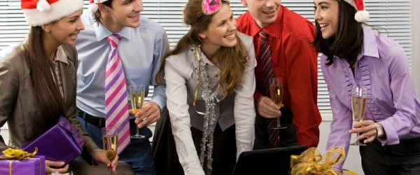 Сотрудники празднуют Новый год на работе