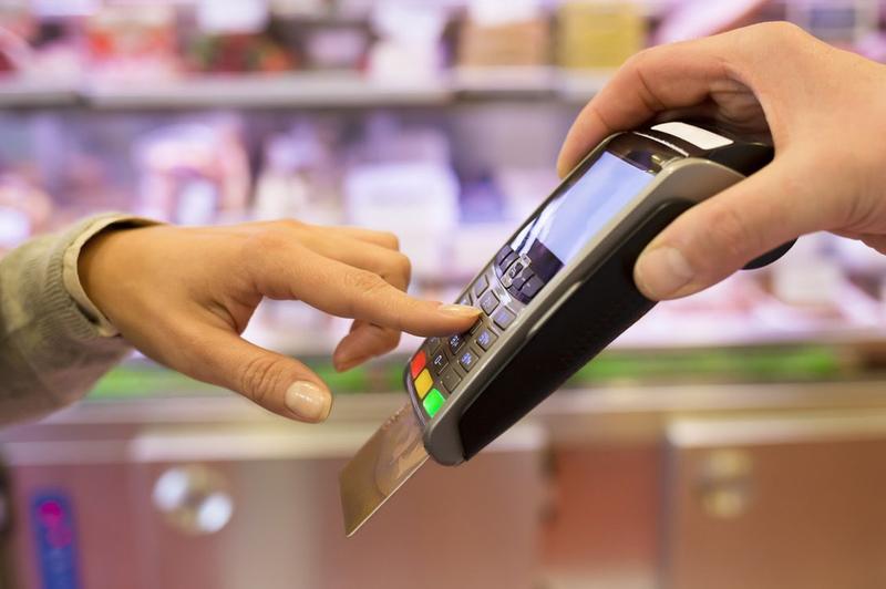 Власти планируют снизить проценты комиссий при оплате картой в магазинах