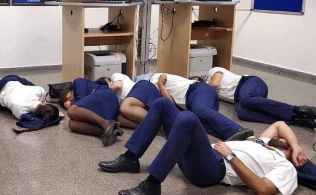 Сотрудники авиакомпании спят на полу