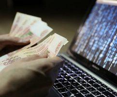 Хакер получает деньги из сети