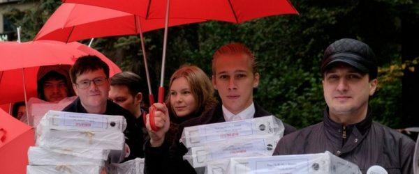 Активисты несут подписи против пенсионной реформы в администрацию президента РФ
