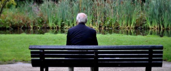 Пенсионер сидит спиной