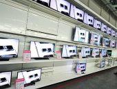 Телевизоры на полках в магазине