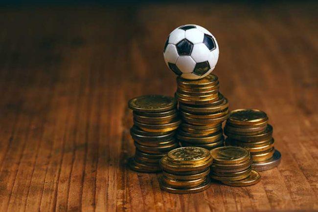 стопки монет и игрушечный мячик