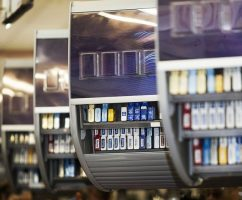Сигареты на кассе в магазине