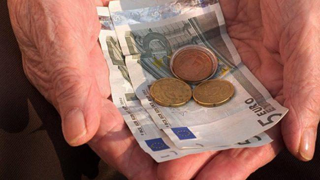 Деньги в руках пенсионера