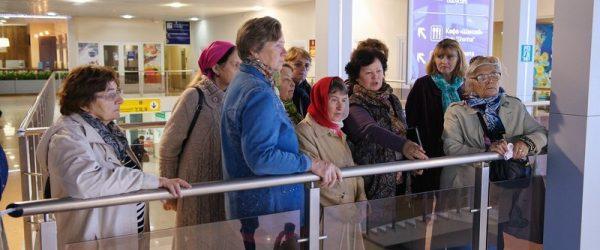 Пенсионеры в аэропорту
