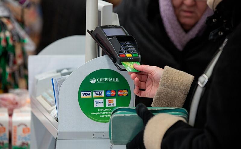 Путин: комиссия при оплате банковской картой мешает экономике