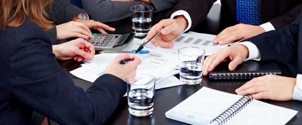Бизнесмены обсуждают вопросы