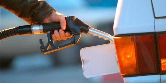 Заправка машины бензином